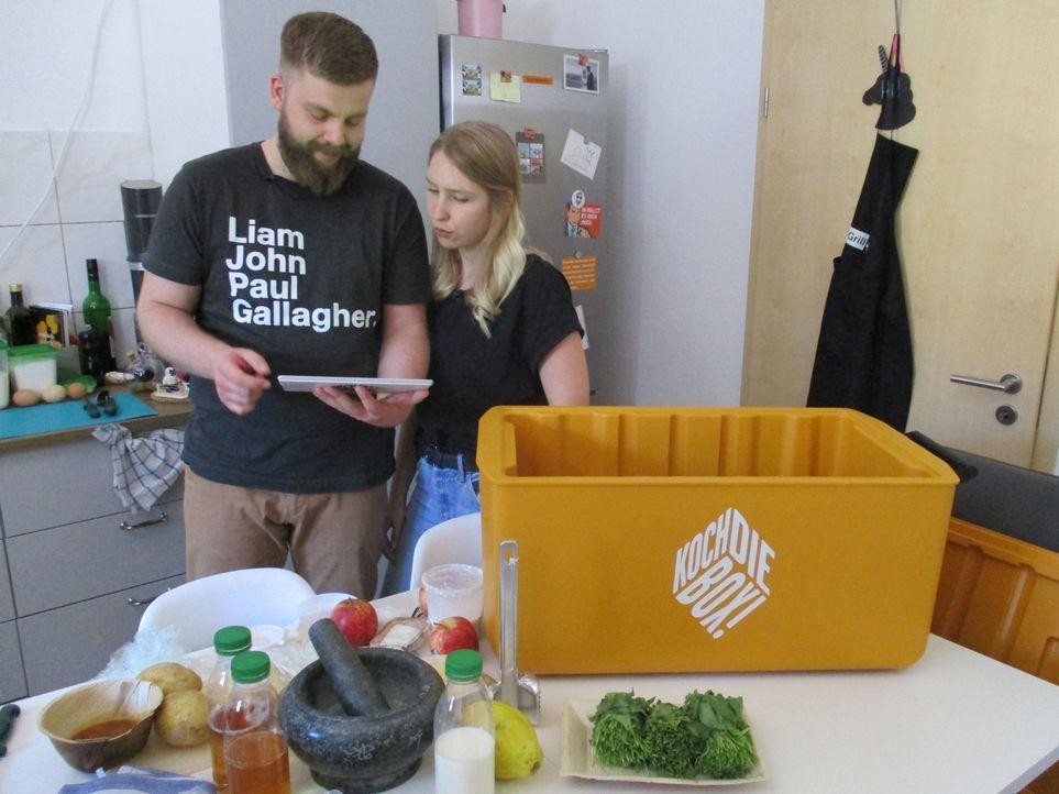 Stellen sich in ihrer Studentenbude der Haute Cuisine: Herbert (l.) und Anna (r.) ... - Bildquelle: kabel eins