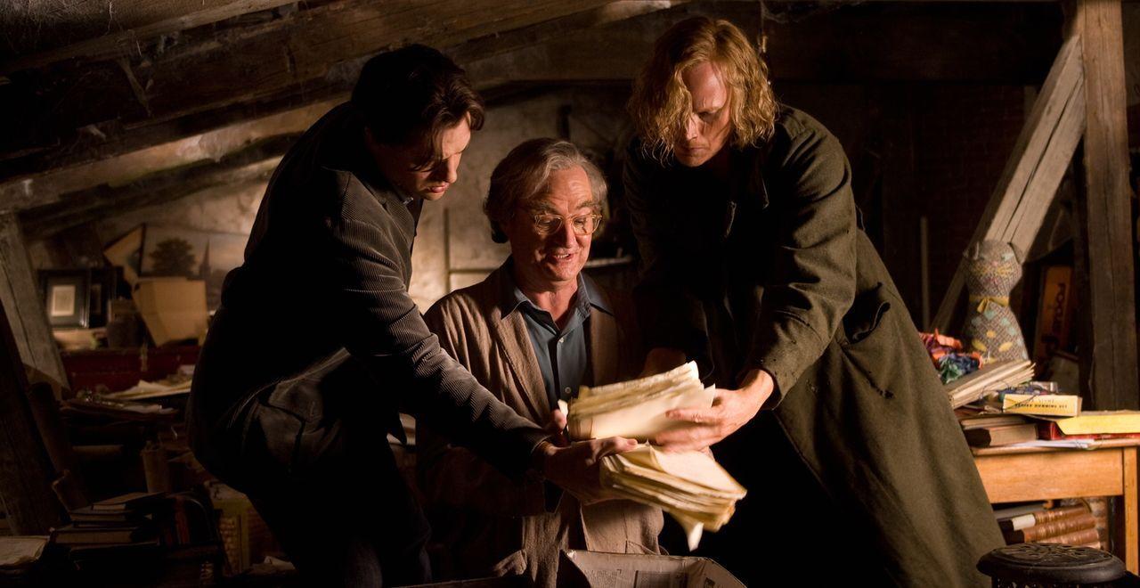 """Auf dem Dachboden findet der Autor Fenoglio (Jim Broadbent, M.) sein Manuskript von """"Tintenherz"""". Kann Mo (Brendan Fraser, l.) anhand dessen den ung... - Bildquelle: Warner Brothers"""