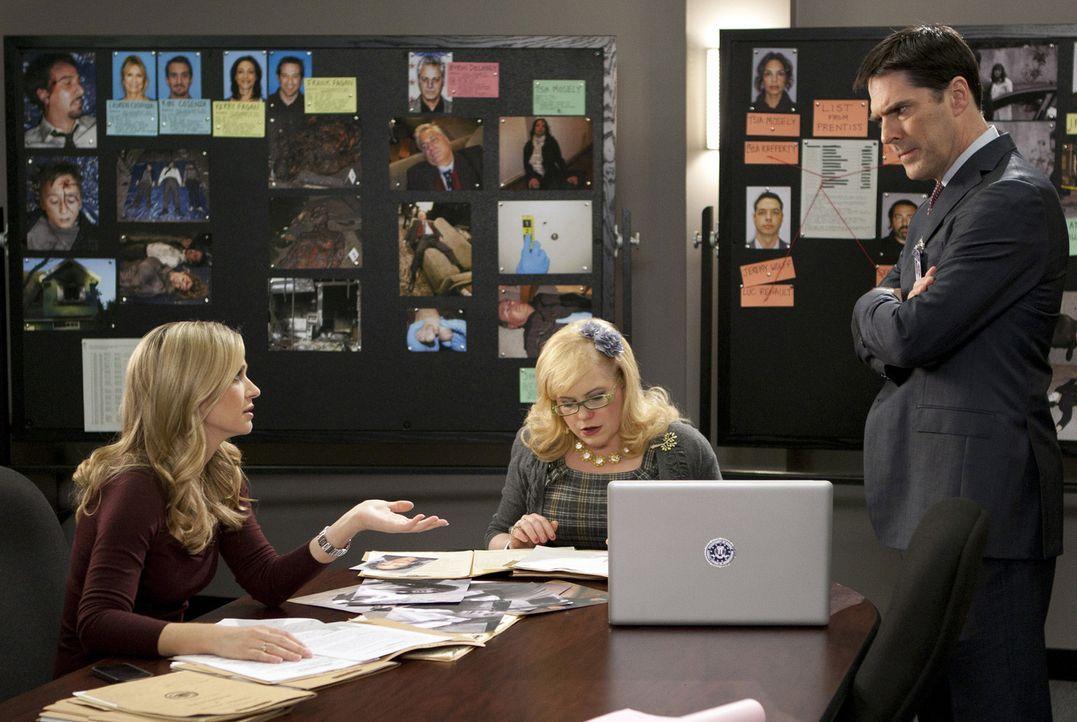 Kommen dahinter, dass Prentiss aka Lauren Reynolds undercover an Ian Doyle dran war: JJ (A.J Cook, l.), Garcia (Kirsten Vangsness, M.) und Hotch (Th... - Bildquelle: ABC Studios