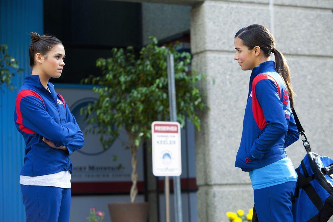 Kaylie (Josie Loren, r.) und Kelly (Nicole Gale Anderson, l.) wollen unbedingt einen Platz bei der WM ... - Bildquelle: 2010 Disney Enterprises, Inc. All rights reserved.