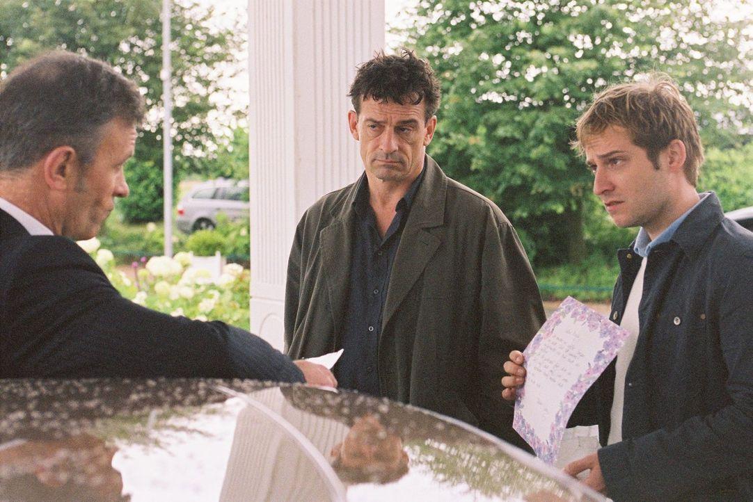 Steiner (Thomas Sarbacher, M.) und Zier (Niels Bruno Schmidt, r.) befragen Wuttke (Thomas Anzenhofer, l.) zu Marja Stovic. - Bildquelle: Martin Kurtenbach Sat.1