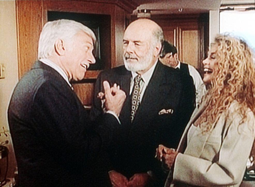 Mark (Dick Van Dyke, l.) auf dem Medizinerkongress mit den Kollegen Elliot Valin (Pernell Roberts, M.) und seiner Frau Bonnie (Dyan Cannon). - Bildquelle: Viacom