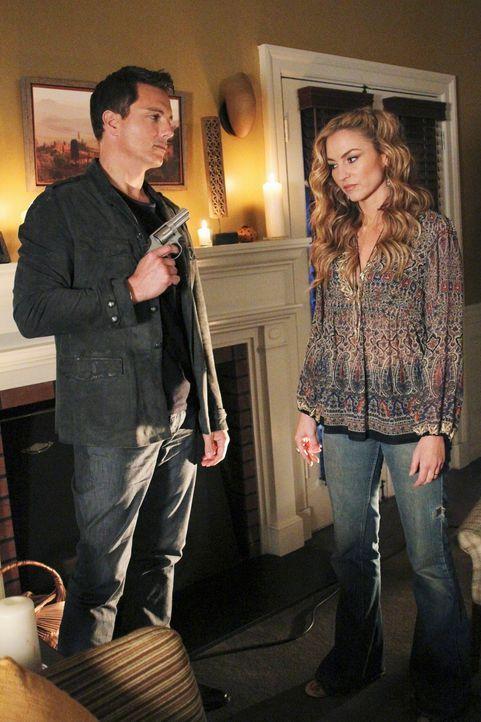 Während Lynette eine andere Seite von Eddie kennenlernt, ist Angie (Drea de Matteo, r.) Patrick Logan (John Barrowman, l.) schutzlos ausgeliefert ... - Bildquelle: ABC Studios