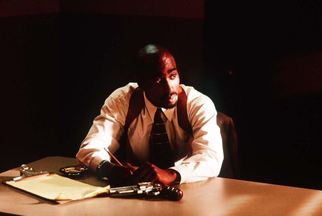 Rodriguez (Tupac Shakur) steht das Wasser bis zum Hals. Er hat jede Menge Spielschulden, und die Geldeintreiber stehen bei ihm schon auf der Matte.... - Bildquelle: Orion Pictures Entertainment