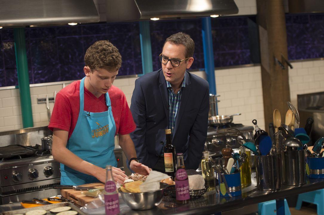 Der fünfzehnjährige Cole (l.) aus Kalifornien liebt es, sich in der Küche auszutoben. Bei Chopped Junior muss er sich an Aubergine, Jalapeno Puder u... - Bildquelle: Scott Gries 2015, Television Food Network, G.P. All Rights Reserved