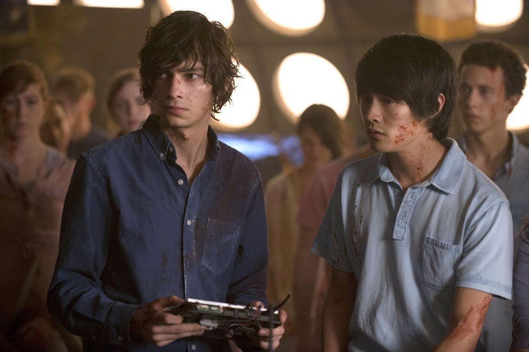 Nicht nur Jasper (Devon Bostick, l.) und Montys (Christopher Larkin, r.) Hass auf die Mountener steigt, auch Clarke sehnt sich immer mehr den Kampf... - Bildquelle: 2014 Warner Brothers