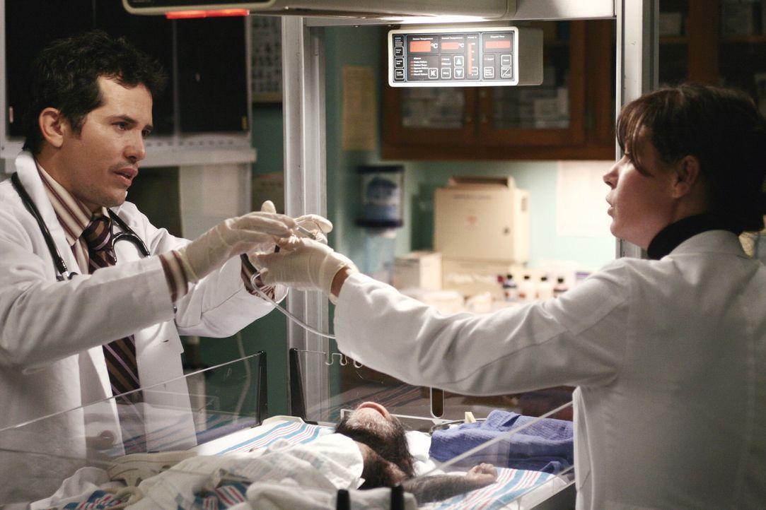 Behandeln einen besonderen Patienten: Abby (Maura Tierney, r.) und Clemente (John Leguizamo, l.) ... - Bildquelle: Warner Bros. Television