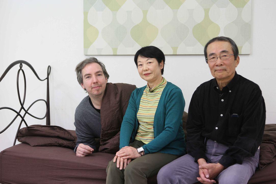"""""""Rent a Family"""" in Japan: In eine Holzkiste gesperrt, wird Olli Schulz (l.) an einen extravaganten Ort mit ganz besonderen Menschen und Spezialaufga... - Bildquelle: Katja Renner ProSieben"""
