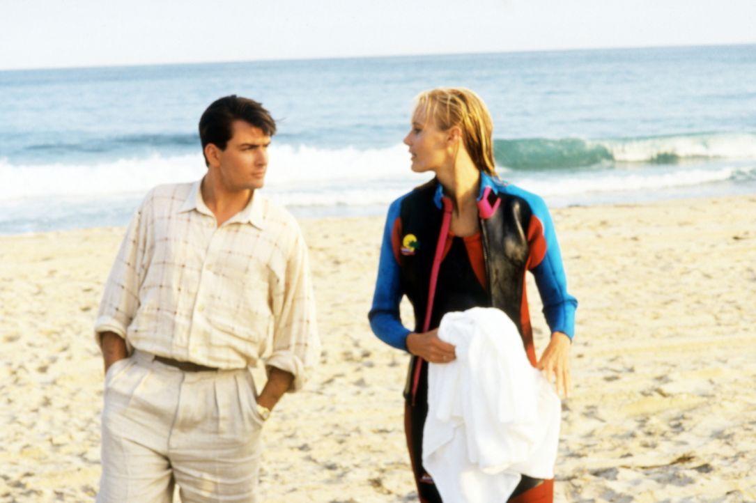 Der junge Börsenmakler Bud Fox (Charlie Sheen, l.) verliebt sich in die blonde Innenarchitektin Darien (Daryl Hannah, r.) ohne zu ahnen, dass sie au... - Bildquelle: 20th Century Fox