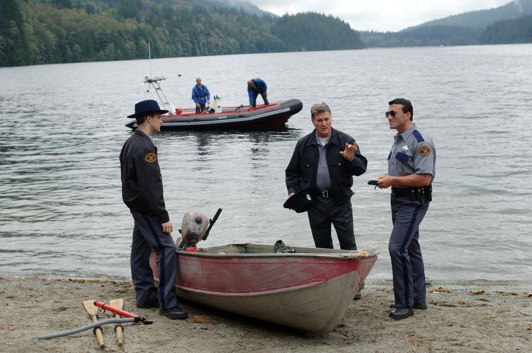 Sheriff Jake Devins (Dainel Hugh Kelly, M.) und sein Team können sich das Verschwinden einiger Menschen nicht erklären ... - Bildquelle: Warner Bros. Television