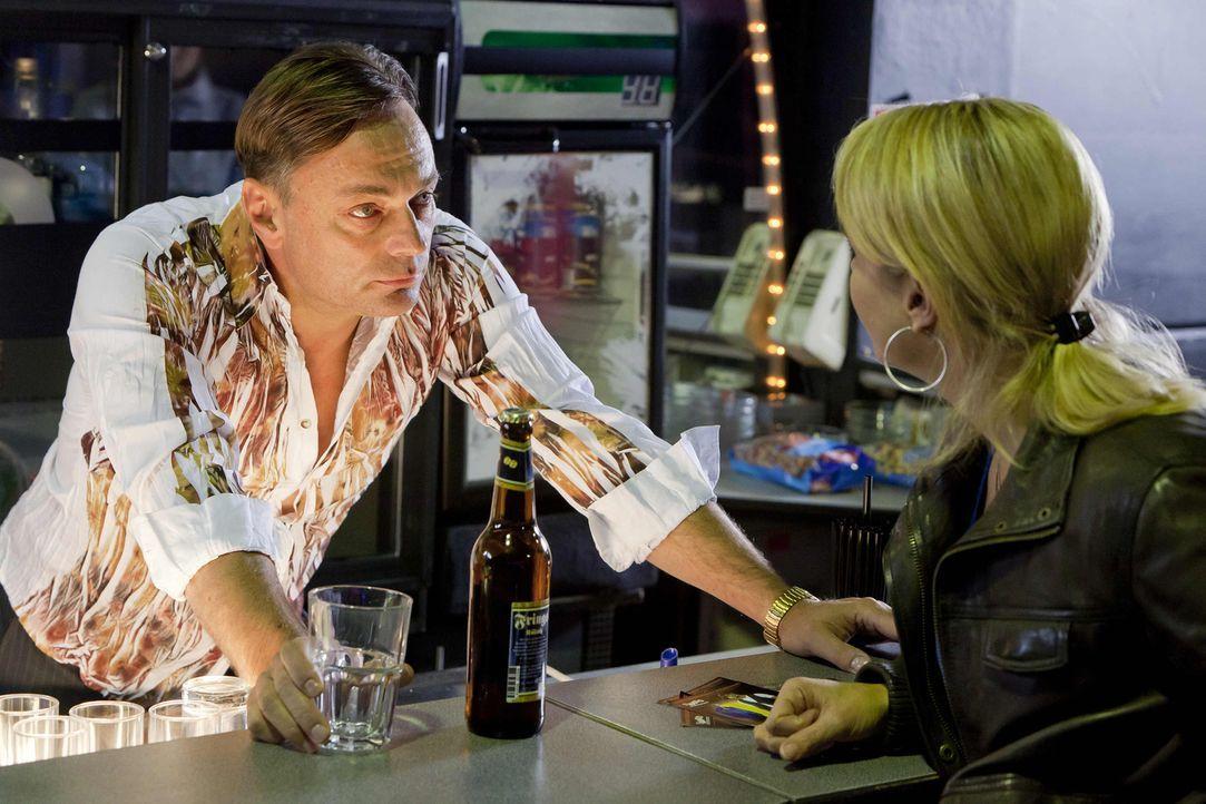 Danni (Annette Frier, r.) nimmt sich den Diskobesitzer Sollmann (Peter Benedict, l.) vor, den sie noch aus früheren Zeiten kennt, um Beas Cousine Me... - Bildquelle: Frank Dicks SAT.1