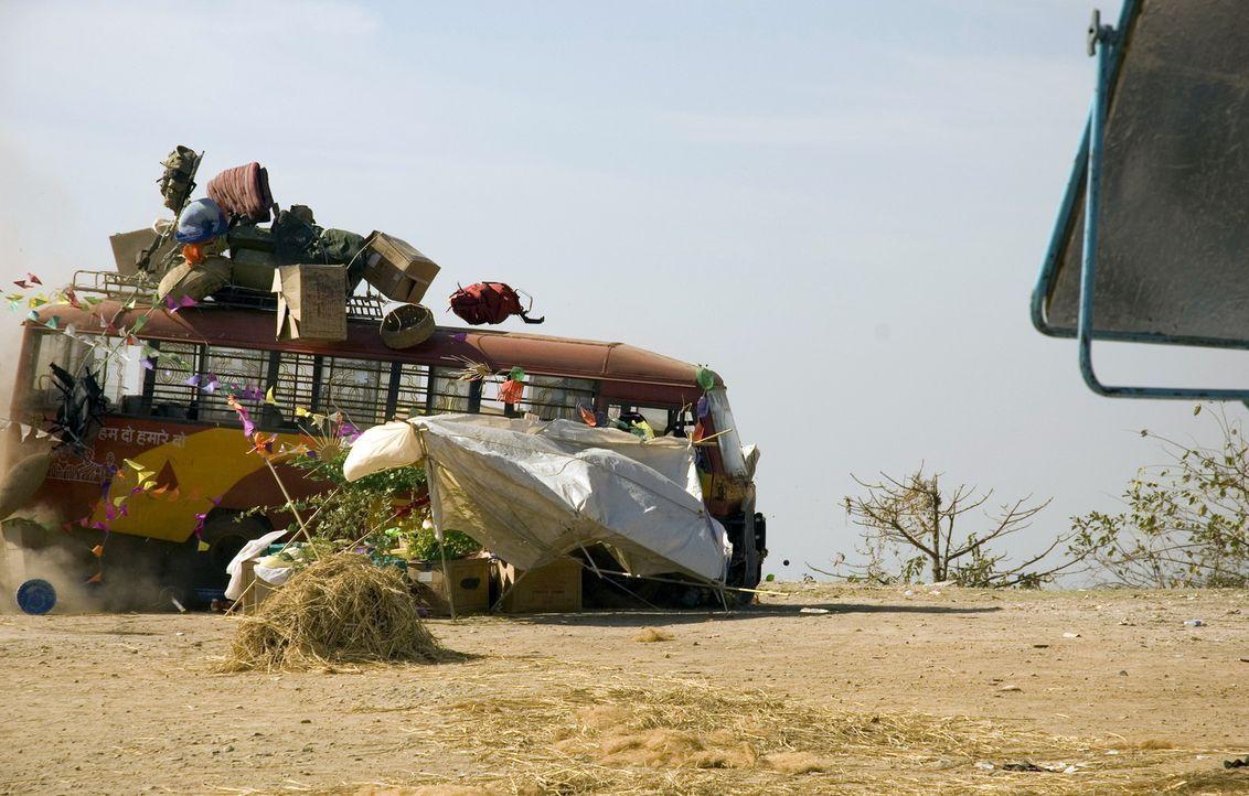 Während der Fahrt zum Dorf bemerkt der indische Busfahrer, dass die Bremsen nicht mehr funktionieren und springt in Panik aus dem Bus. In letzter S... - Bildquelle: Jan van den Nievwenhuijzen