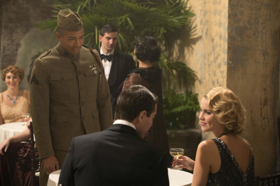 Um Rebekahs (Claire Holt, r.) Aufmerksamkeit zu erregen, schreckt Marcel (Charles Davis, l.) vor nichts zurück ... - Bildquelle: Warner Bros. Television
