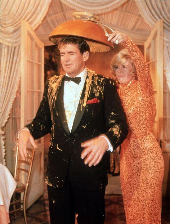 Janet (Doris Day, r.) rächt sich an ihrem Ehemann Mike (Rod Taylor, l.) ...