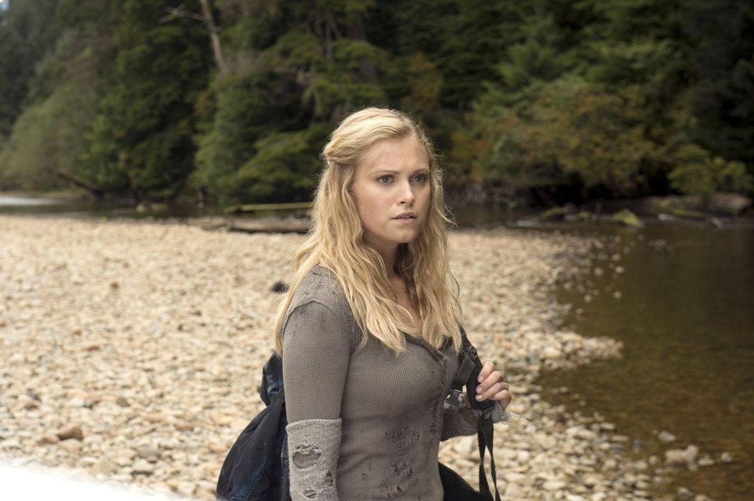 Als Clarke (Eliza Taylor) zusammen mit Wills und Finn vor einem gelben Nebel fliehen muss, kommt es zur Aussprache zwischen zwei ehemaligen Freunden... - Bildquelle: Warner Brothers