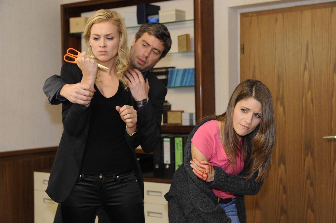 Alexandra (Verena Mundhenke, l.) verliert tief verletzt die Fassung und attackiert Bea (Vanessa Jung, r.). Julian (Sebastian Hölz, M.) versucht sie... - Bildquelle: SAT.1
