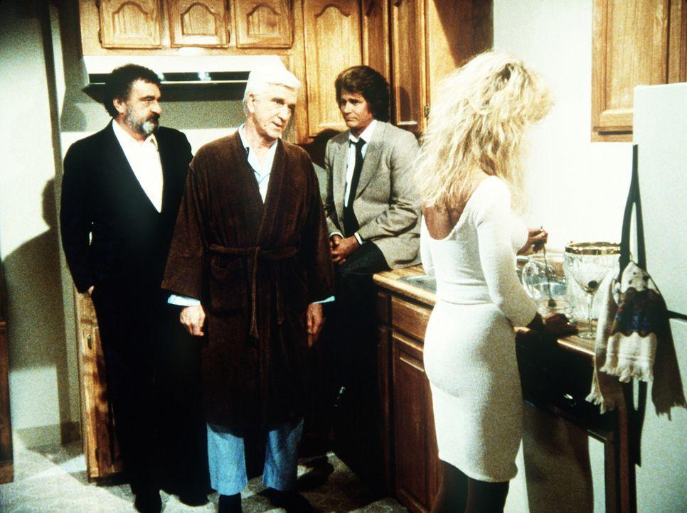 """Für alle Lebenden unsichtbar, muss der """"tote"""" Benson (Leslie Nielsen, 2.v.l.) erfahren, dass seine Freundin ihm niemals treu war und über seinen Tod... - Bildquelle: Worldvision Enterprises, Inc."""