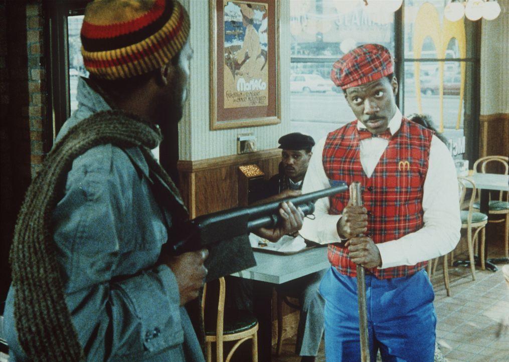 Prinz Akeem (Eddie Murphy, r.) erlebt einige böse Überraschungen, als er in einem New Yorker Restaurant arbeitet ... - Bildquelle: Paramount Pictures