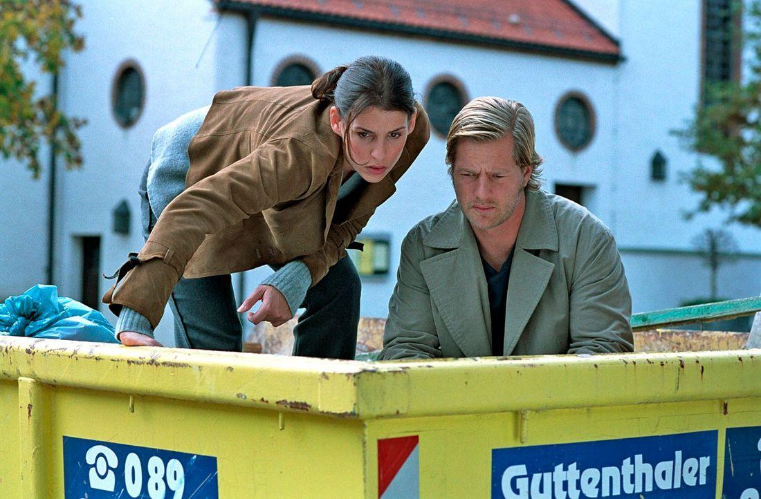 Um das Geheimnis eines ermordeten Hausmeisters offenzulegen, müssen Nina (Elena Uhlig, l.) und Leo (Henning Baum, r.) sogar in einen Müllcontainer s... - Bildquelle: Walter Wehner SAT.1