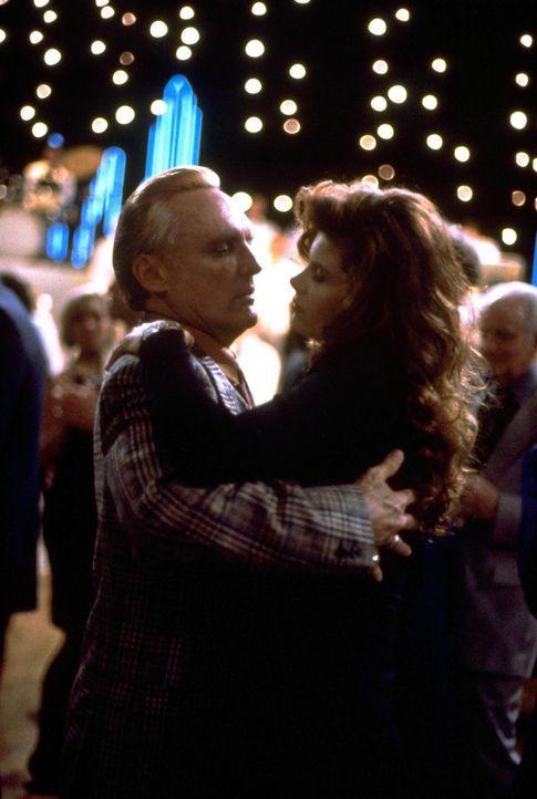 Callgirl Vikki (Lolita Davidovich, r.) und Gangster Red (Dennis Hopper, l.) beim Tanzabend ... - Bildquelle: Warner Bros.