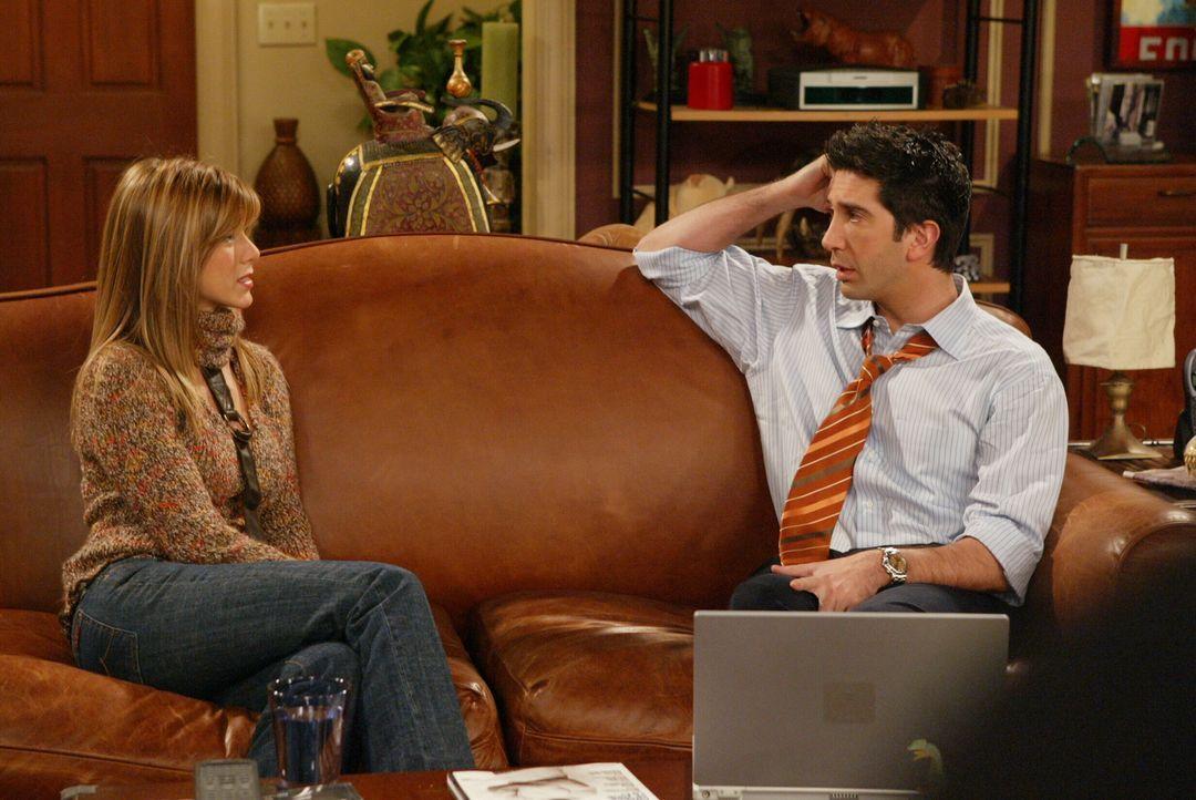 Ross (David Schwimmer, r.) möchte nicht, dass Rachel (Jennifer Aniston, l.) nach Paris geht und versucht sie deshalb mit allen Mitteln davon zu über... - Bildquelle: 2003 Warner Brothers International Television