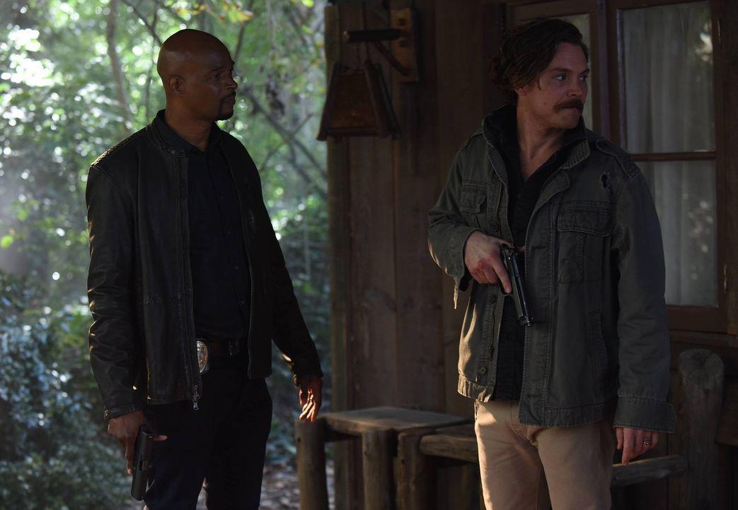 Riggs (Clayne Crawford, r.) macht eine schockierende Entdeckung bezüglich Mirandas Tod, die ihn auf der Suche nach Antworten zurück zum Kartell führ... - Bildquelle: 2016 Warner Brothers
