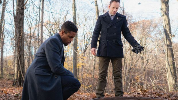 Detective Bell (Jon Michael Hill, l.) und Holmes (Jonny Lee Miller, r.) unter...