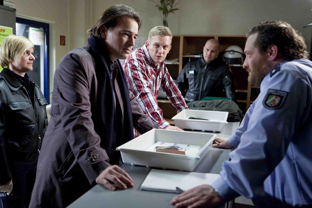 Wegen einer Auseinadersetzung im Kampf um Danni, werden Oliver (Jan Sosniok, 2.v.l.) und Sven (Sebastian Bezzel, M.) festgenommen und müssen aufs P... - Bildquelle: SAT.1