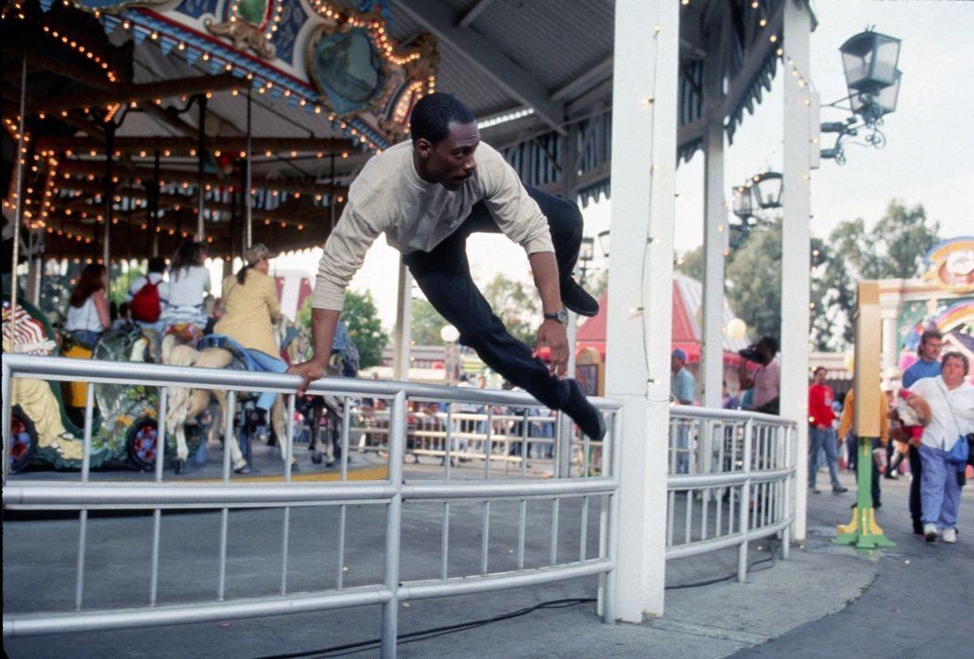 Es dauert nicht lange bis Foley (Eddie Murphy) in einem Vergnügungspark einer Falschgeldbande auf die Spur kommt ... - Bildquelle: Paramount Pictures