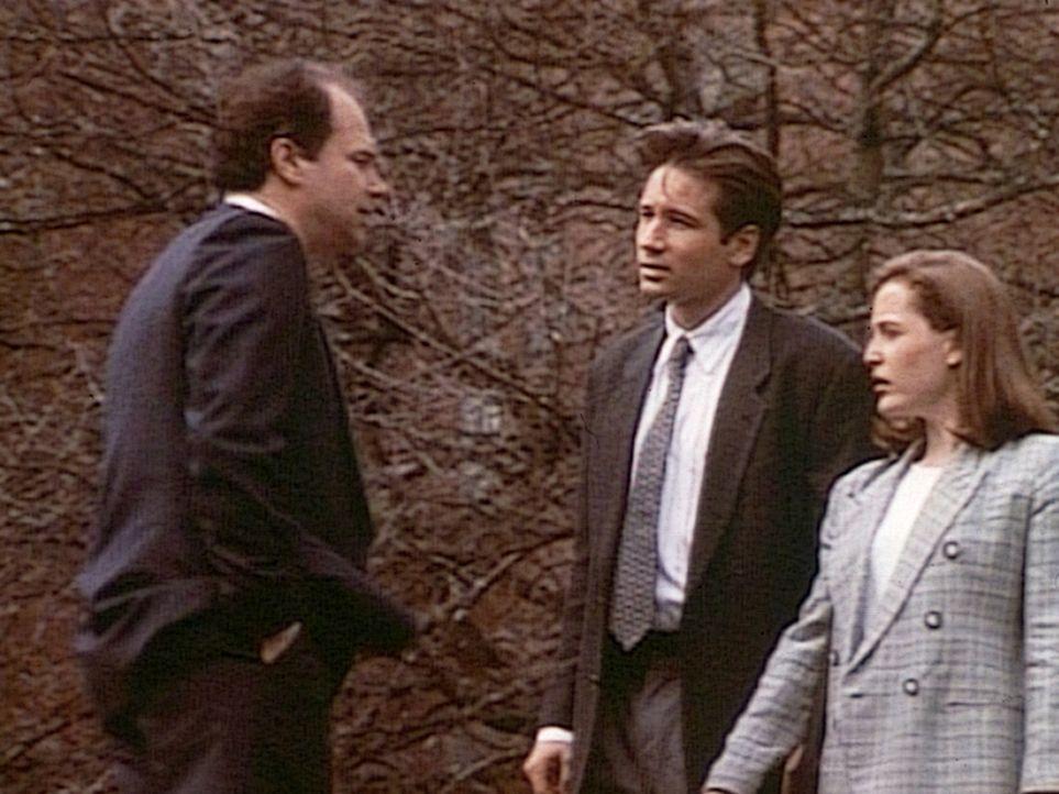 Die FBI-Agenten Fox Mulder (David Duchovny, M.) und Dana Scully (Gillian Anderson, r.) erfahren von Dr. Glass (Malcolm Stewart, l.), dass Billy Mile... - Bildquelle: TM +   Twentieth Century Fox Film Corporation. All Rights Reserved.