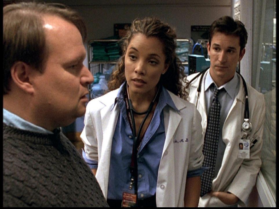 Carter (Noah Wyle, r.) bittet Cleo (Michael Michele, M.) bei der Beratung eines Vaters um Hilfe. - Bildquelle: TM+  2000 WARNER BROS.