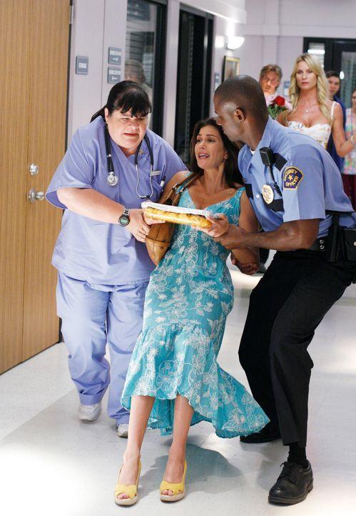Als Susan (Teri Hatcher, vorne M.) Mike im Krankenhaus besuchen möchte, funkt ihr Edie (Nicolette Sheridan, hinten) gewaltig dazwischen und lässt Su... - Bildquelle: 2005 Touchstone Television  All Rights Reserved