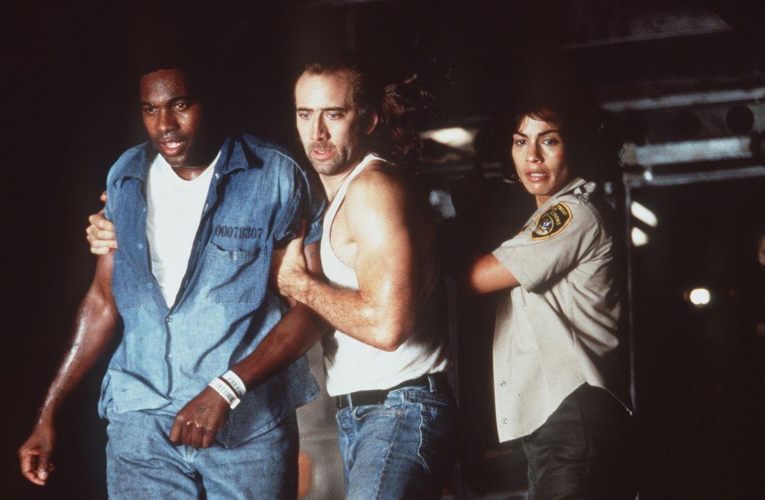 Bei einem Zwischenstopp schlägt Poe (Nicolas Cage, M) die Möglichkeit aus, von Bord zu gehen, weil er seinen zuckerkranken Zellengenossen (Mykelti... - Bildquelle: Buena Vista International
