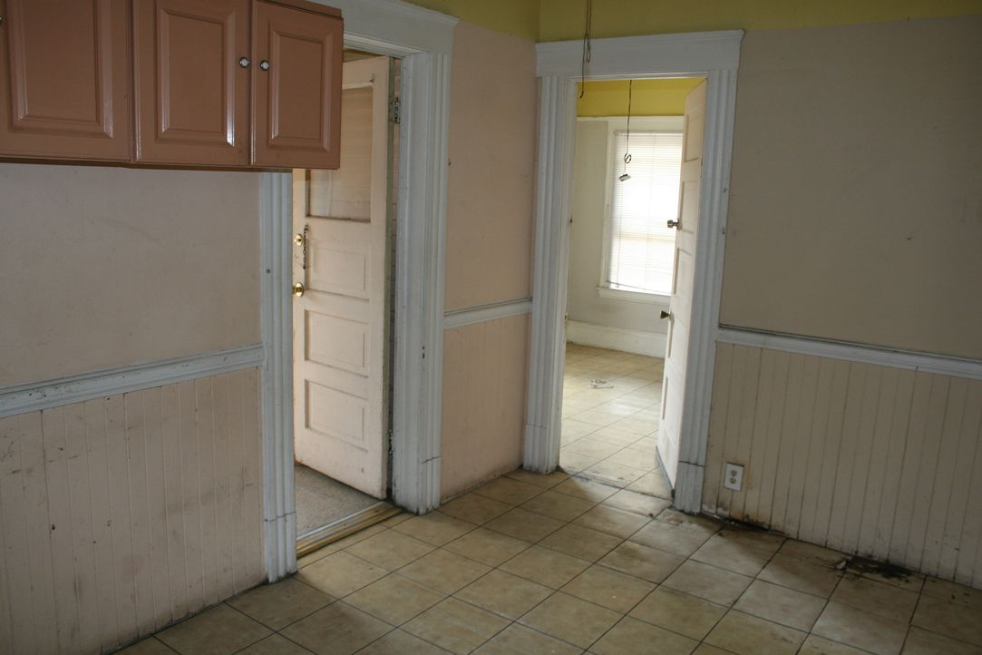 Schmutzige Wände und Böden warten im Inneren des Hauses auf Christina und Tarek, doch mit Putzen alleine ist die Arbeit hier nicht getan ... - Bildquelle: 2015,HGTV/Scripps Networks, LLC. All Rights Reserved