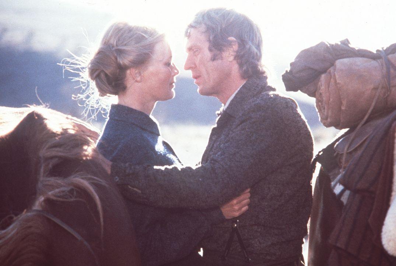 Zwischen der Lehrerin Glendolene (Linda Evans, l.) und Tom Horn (Steve McQueen, r.) entwickelt sich eine leidenschaftliche Romanze ...