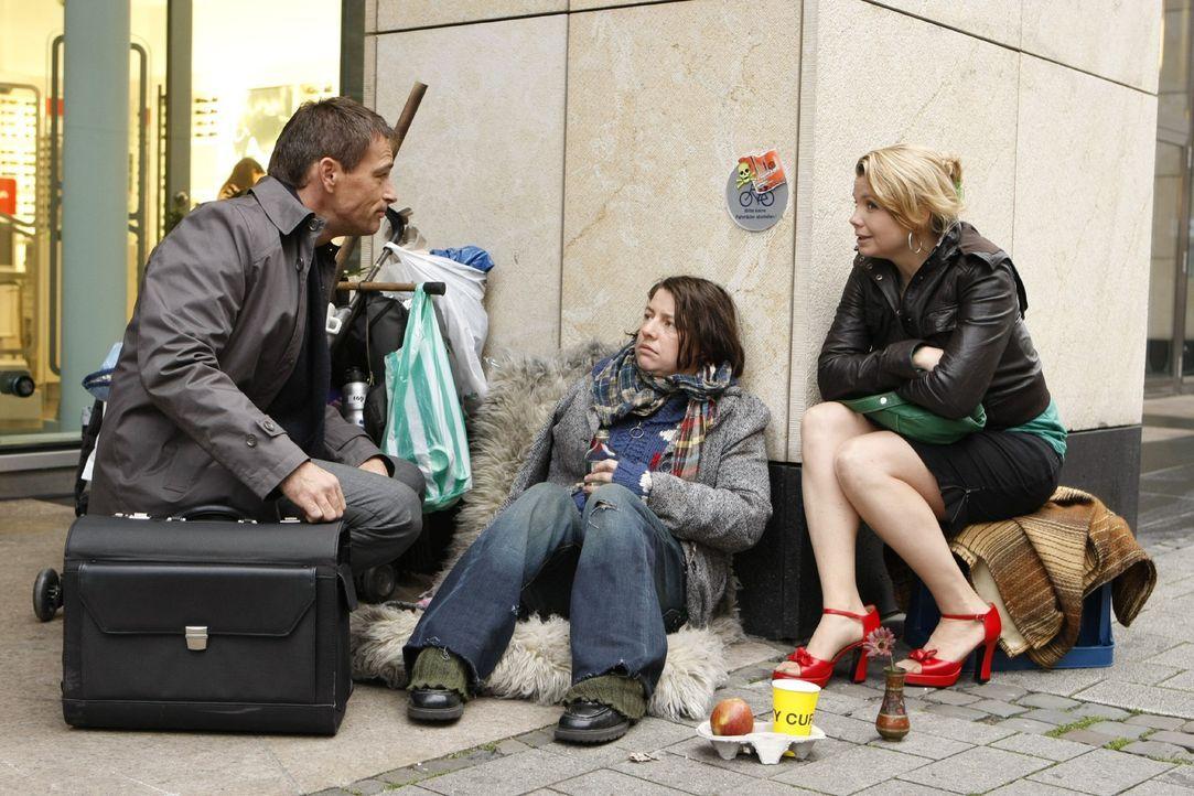Gemeinsam gehen Danni (Annette Frier, l.) und die Obdachlose Meike (Tilla Kratochwil, M.) vor Gericht, um gegen das Krankenhaus, in dem Meike ein Ar... - Bildquelle: SAT.1