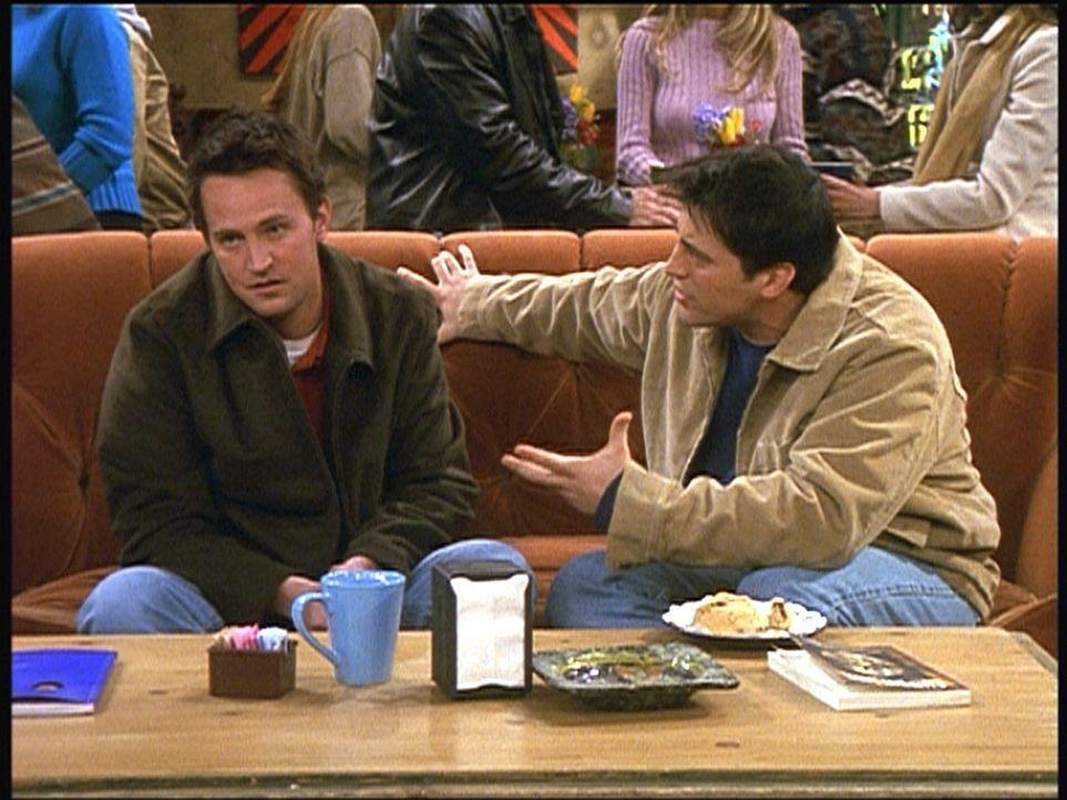 Chandler (Matthew Perry, l.) hat erfahren, dass Monica ursprünglich eine Nacht mit Joey (Matt LeBlanc, r.) verbringen wollte. - Bildquelle: TM+  2000 WARNER BROS.