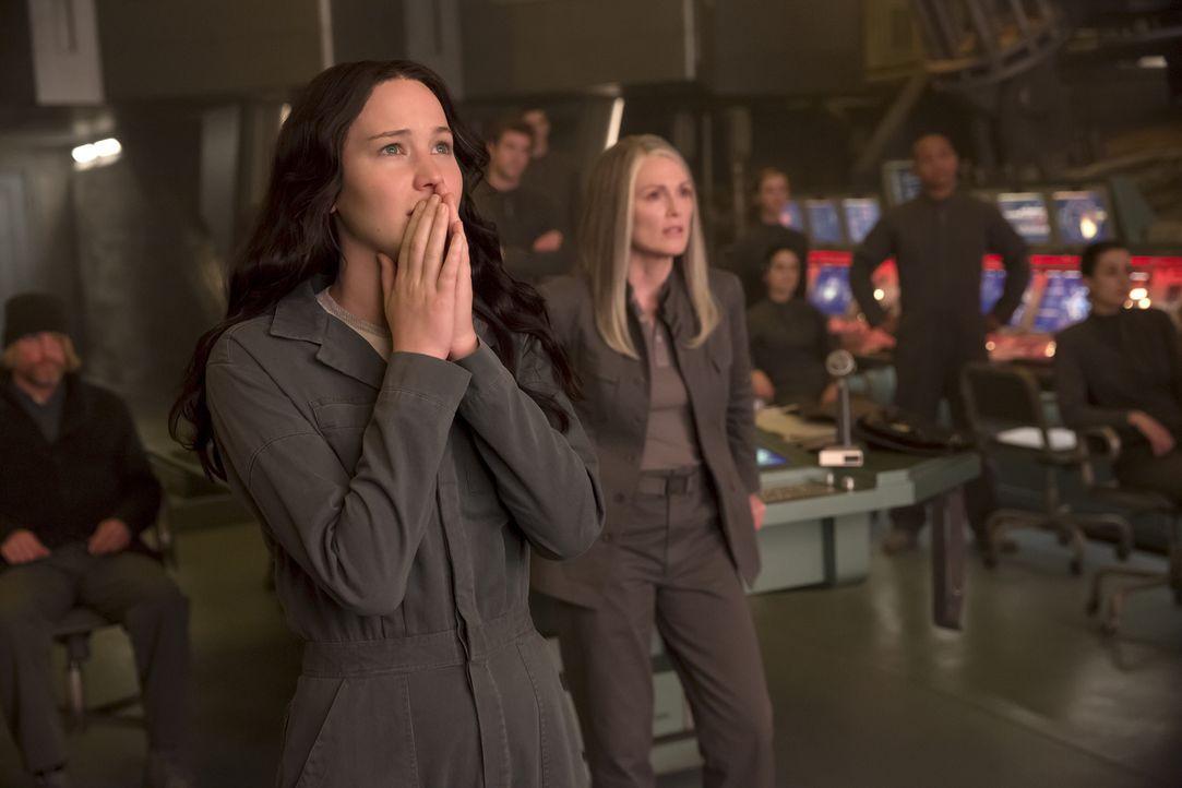 Die Brutalität ihrer Feinde setzt auch der sonst so tapferen Katniss (Jennifer Lawrence, l.) gewaltig zu. Hat sie jetzt noch eine Wahl, dem gefährli... - Bildquelle: Murray Close TM &   2014 Lions Gate Entertainment Inc. All rights reserved.
