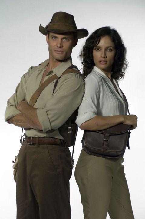 Ein schier unschlagbares Team: Danny Freemont (Casper Van Dien, l.) und Dr. Azelia Barakat (Leonor Varela, r.) ... - Bildquelle: 2006 RHI Entertainment Distribution, LLC