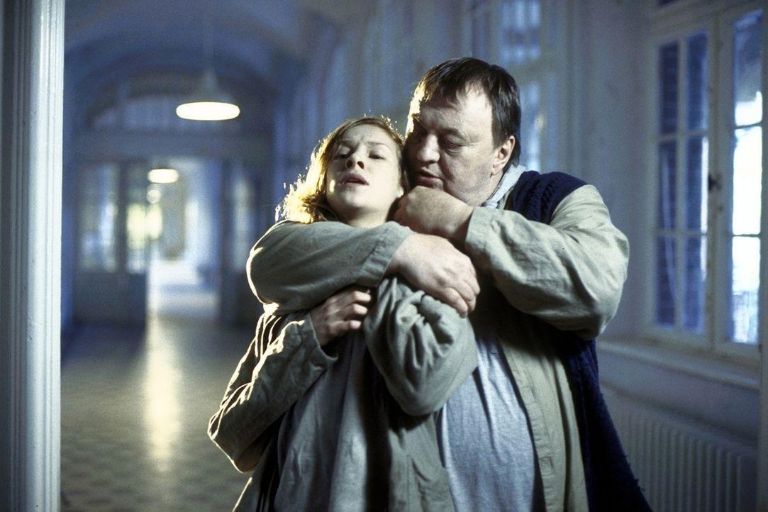 Der psychisch gestörte Mörder Gabriel (Dieter Pfaff, r.) setzt die verwirrte Tanja (Chiara Schoras, l.) mit seinen verschlüsselten Andeutungen im... - Bildquelle: Marco Meenen ProSieben