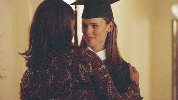 Während sich Sydney (Jennifer Garner, r.) auf ihre Graduierung vorbereitet, r...
