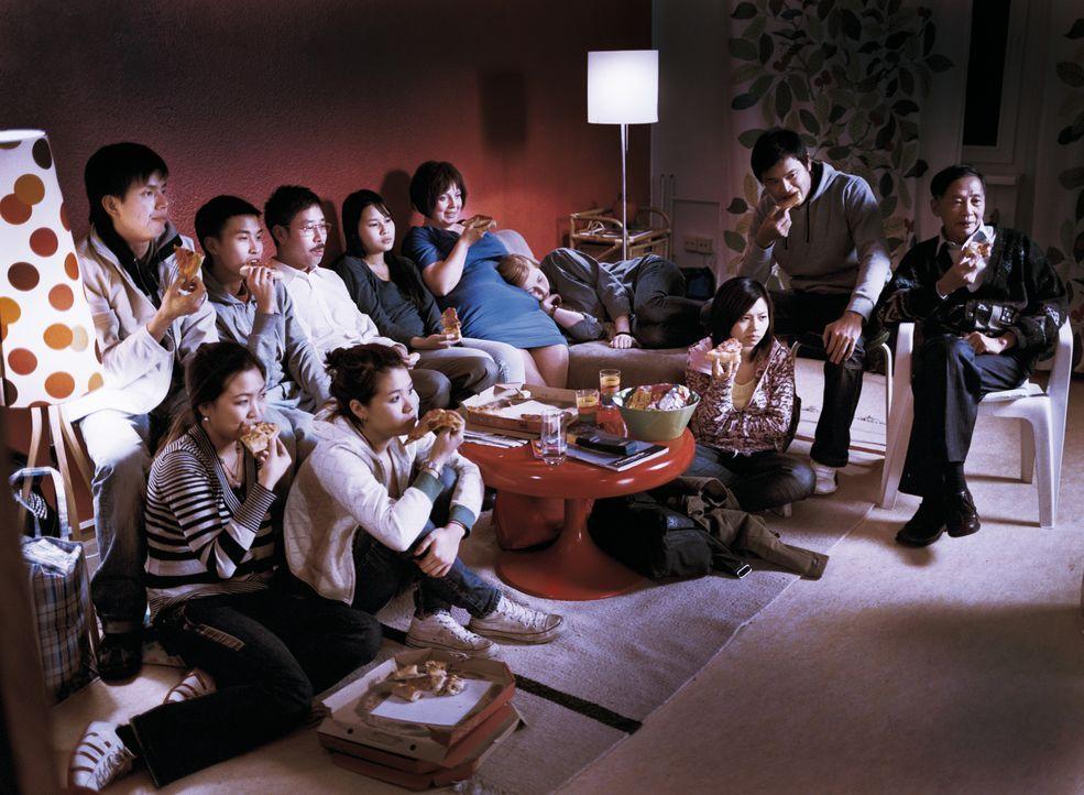 Was tut man nicht alles für das liebe Geld: Kathi König (Gabriela Maria Schmeide, 5.v.r.) nimmt sogar eine Gruppe Vietnamesen in ihrer Wohnung auf,... - Bildquelle: Constantin Film