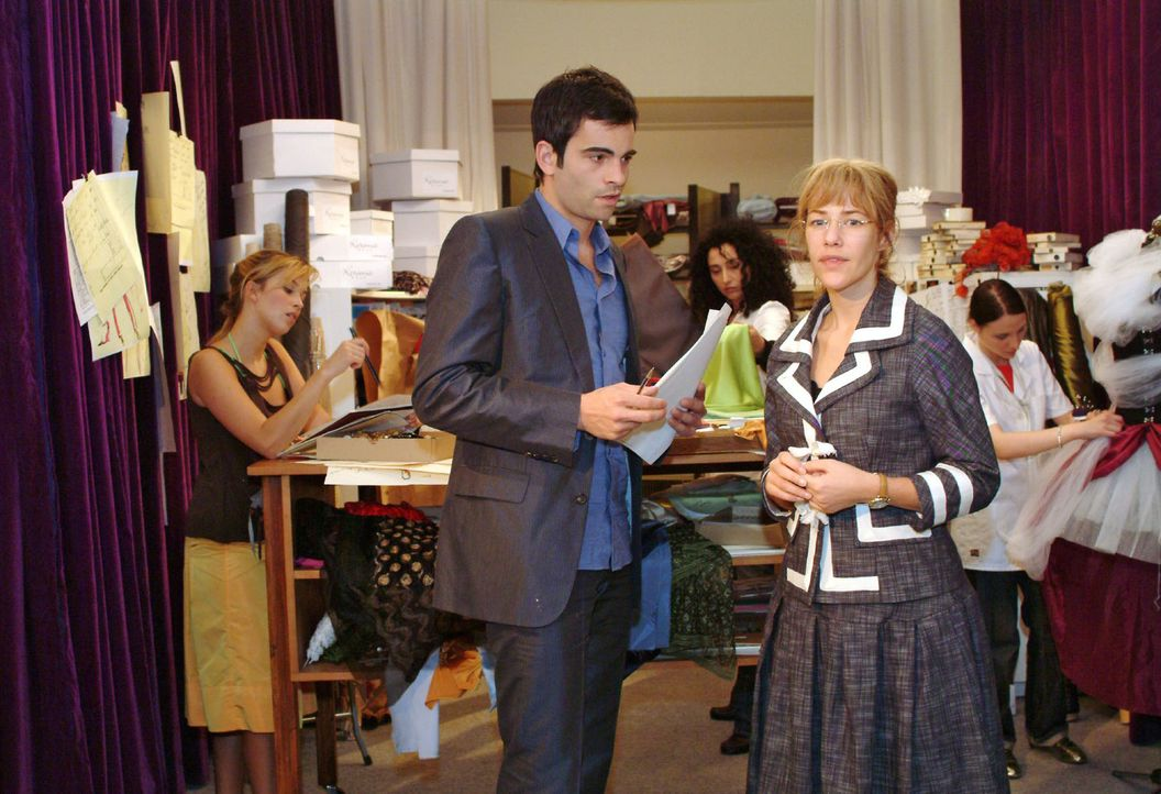 David (Mathis Künzler, l.) erkennt, dass er eifersüchtig auf Rokko ist - er reagiert empfindlich, als Lisa (Alexandra Neldel, r.) ihm von ihrem Vorh... - Bildquelle: Monika Schürle Sat.1