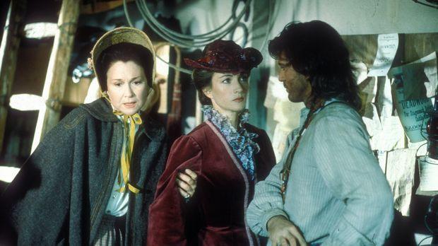 Nur Charlotte Cooper (Diane Ladd, l.), die Hebamme des Ortes, unterstützt Dr....