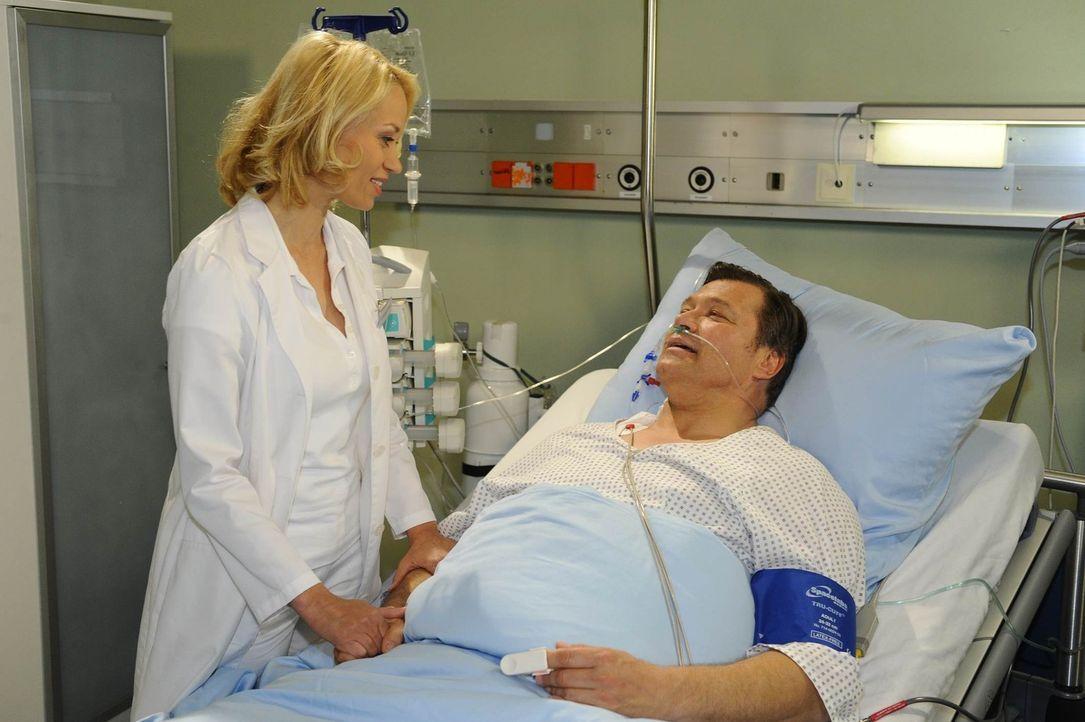 Natascha ist froh, als sie von Dr. Katharina Fellbach (Annett Culp, l.) über Richards (Robert Jarczyk, r.) Zustand aufgeklärt wird ... - Bildquelle: SAT.1