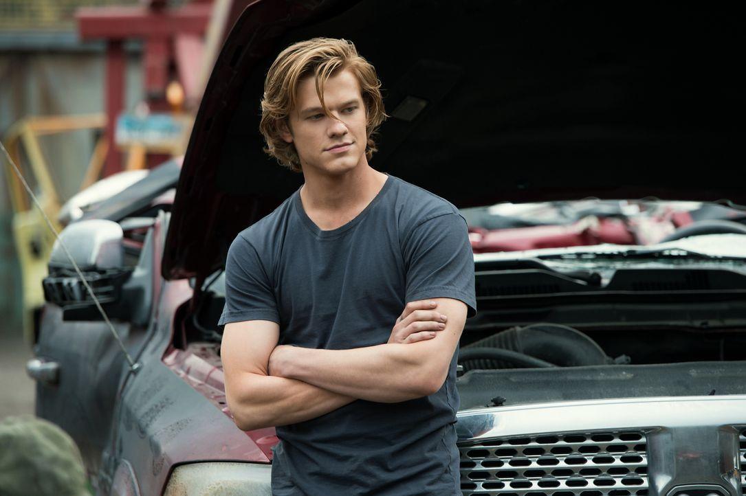 Tripp (Lucas Till) arbeitet neben der High School auf einem Schrottplatz, auf dem er seinen eigenen Truck zusammenbaut. Im Inneren des Wagens findet... - Bildquelle: Kimberley French 2016 Paramount Pictures. All Rights Reserved./Kimberley French