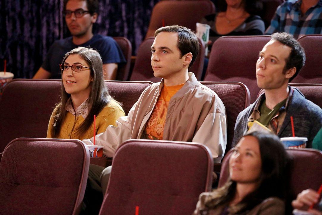 Bei einem Kinobesuch mit Penny, Leonard, Raj und Stuart (Kevin Sussman, r.) erzwingt Amy (Mayim Bialik, l.) Händchenhalten von Sheldon (Jim Parsosns... - Bildquelle: Warner Bros. Television