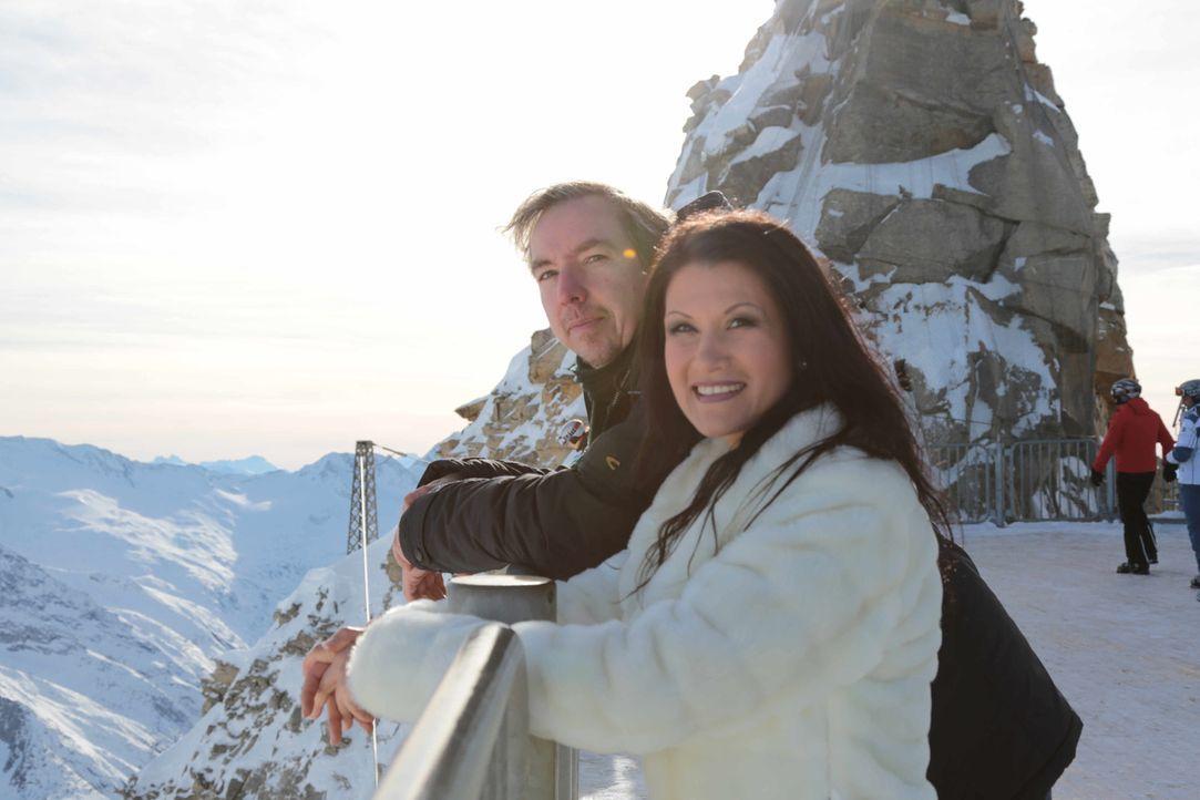 In eine Holzkiste gesperrt, wird Olli (l.) nach Schladming verfrachtet, um Antonia aus Tirol (r.) bei einem Auftritt zu unterstützen. Ohne Vorbereit... - Bildquelle: Katja Renner ProSieben
