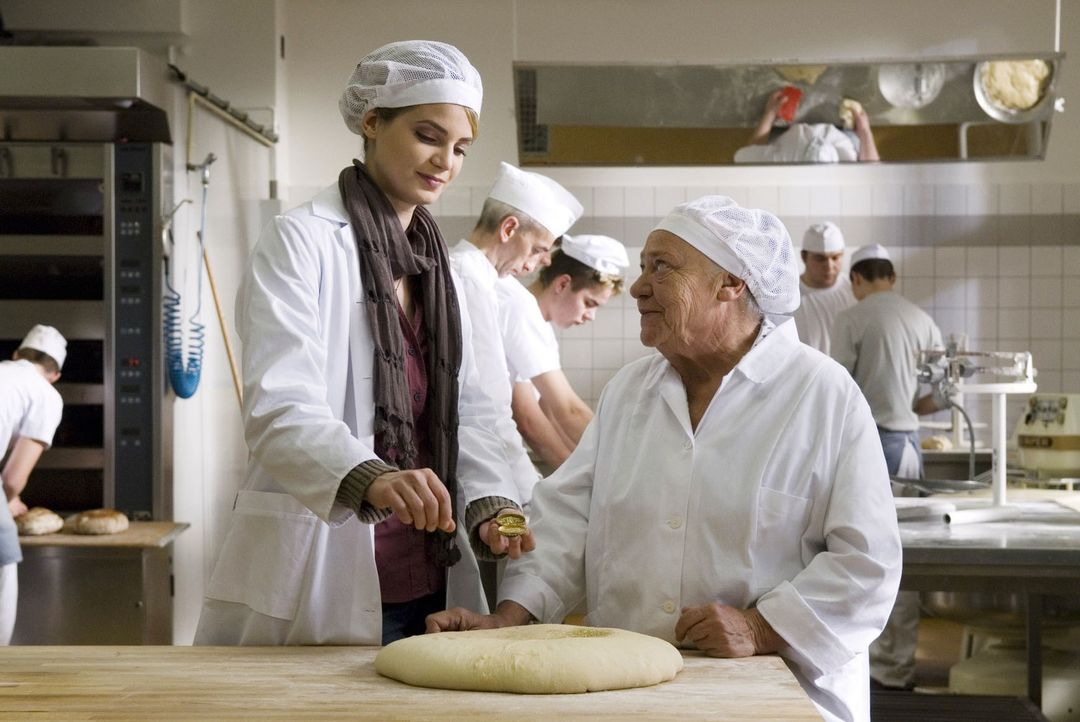 Oma Erica (Barbara Morawiecz, r.) und Marie (Rike Schmid, l.) backen Glücksknödel. - Bildquelle: Stephan Rabold Sat.1