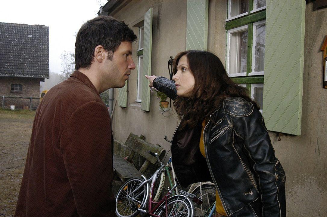 Esther (Julia Brendler, r.) wirft Leon (Tim Bergmann, l.) aus dem Haus ... - Bildquelle: Oliver Feist Sat.1